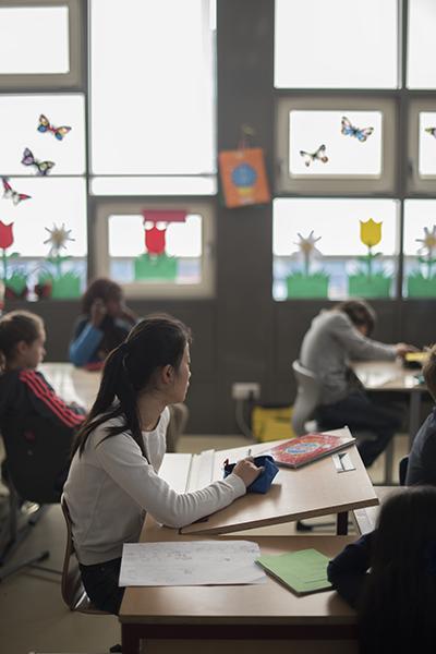 Mädchen im sonnenbeschienenen Klassenzimmer