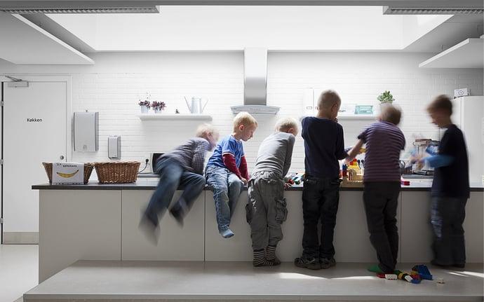 Die Gestaltung der Klassenzimmer soll Kinder anregen – aber nicht zu sehr!