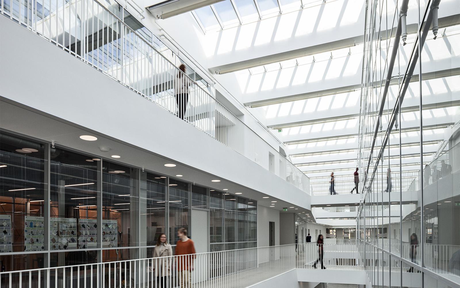 Tageslicht und Kunstlicht in Schulgebäuden