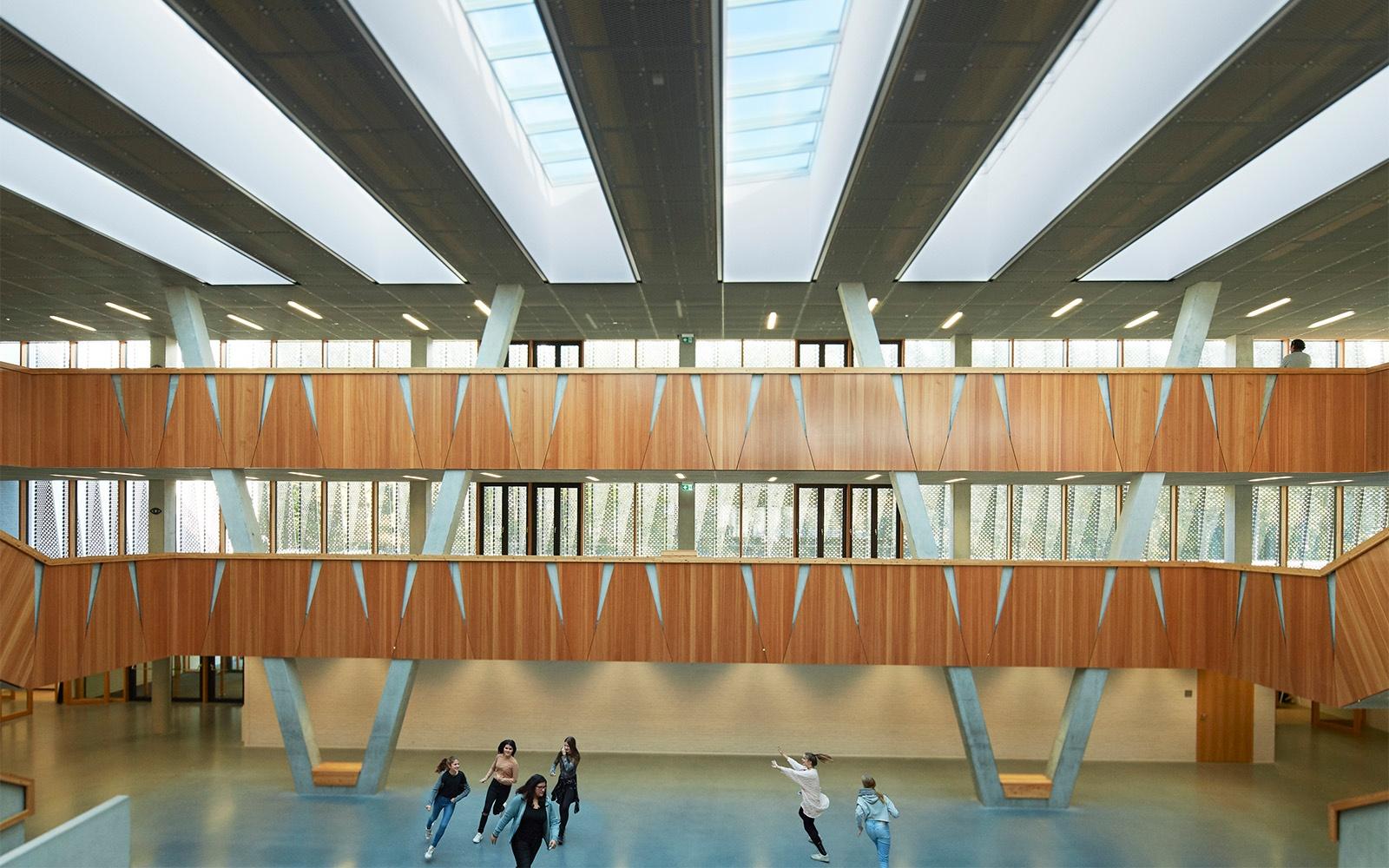 Offene Schulgestaltung mit VELUX Modular Skylights für Belüftung und Tageslicht
