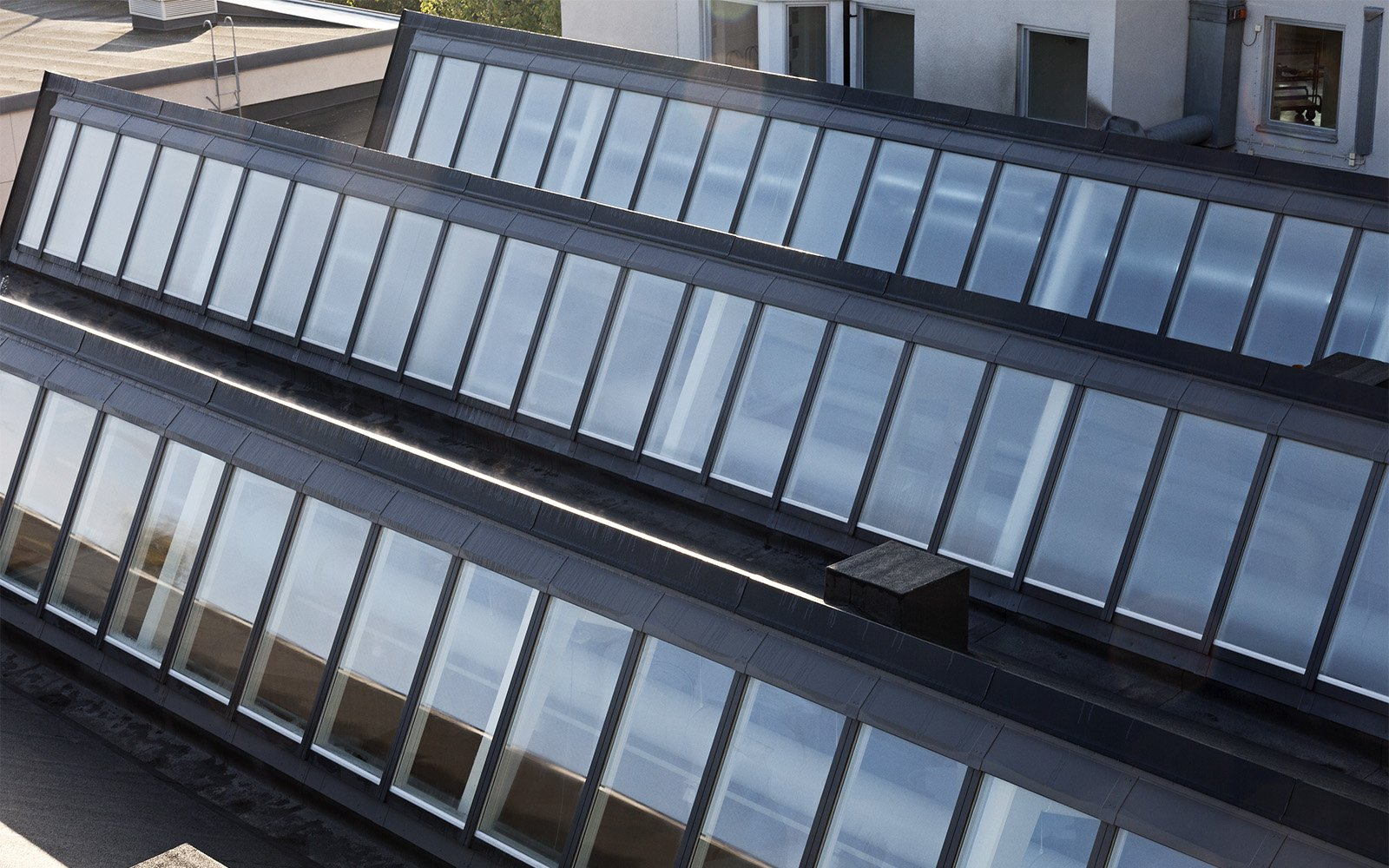 Oberlichter und Sägezahndecke des Sågbäcksgymnasiet in Dänemark
