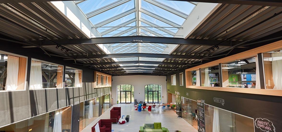 Schulhalle mit Tageslicht durch Dachverglasungslösungen beleuchtet