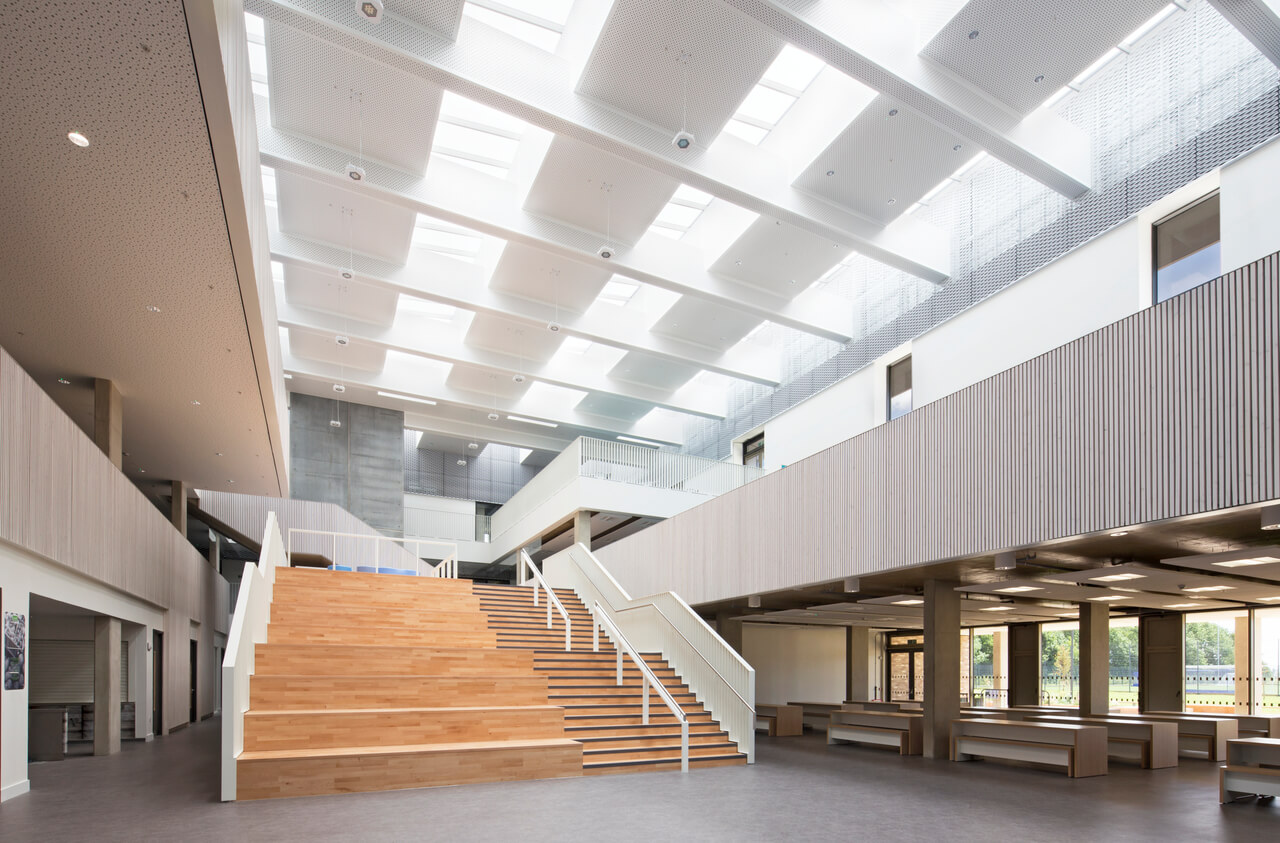 Schulatrium, was durch VELUX Dachverglasung beleuchtet ist