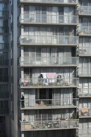 Gebäudefassade mit Fenstern, die das Sonnenlicht hereinlassen