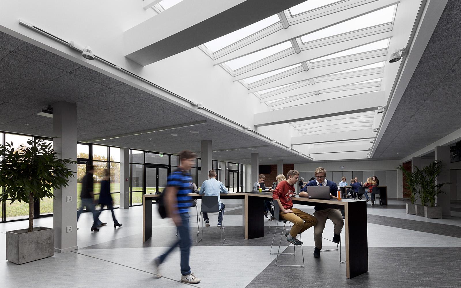 Animierte Schulhalle mit Tageslicht durch VELUX Dachverglasungslösungen beleuchtet